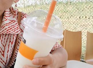 夏日帕在介绍特色饮料酸奶刨冰
