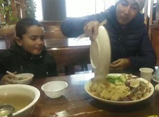 这家饭馆的餐食不错,家里人很爱吃
