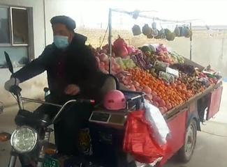 水果摊位准备好了,现在骑上摩托车去往巴扎