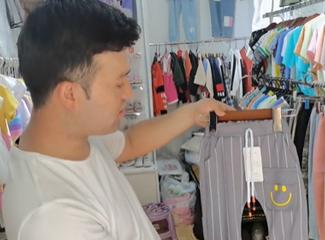依尔帕尼介绍他家的儿童服装店