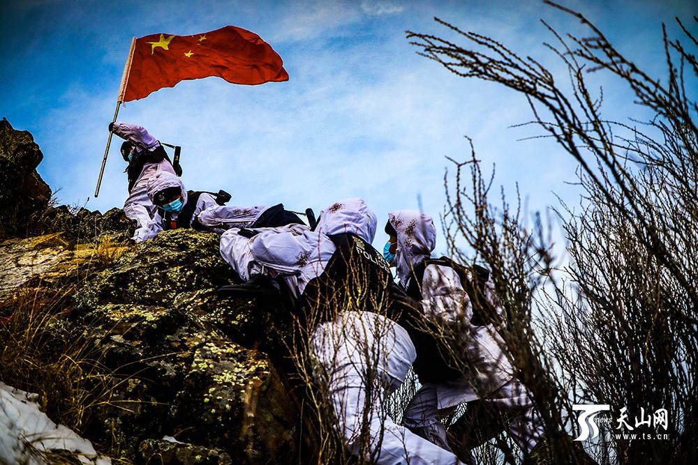 新疆塔城民警踏雪巡边