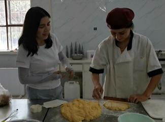 在蛋糕房内,木叶塞尔正在和面,她说今天要做白饼干
