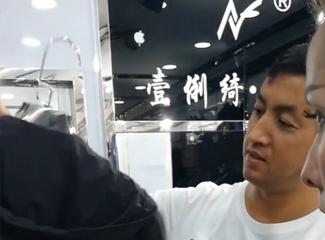 玉苏甫江介绍店里的西装和夏季外套
