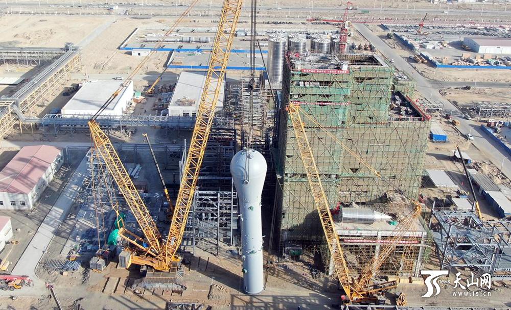 全密度聚乙烯装置首台百吨级设备吊装就位