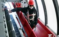 乌鲁木齐:雪场滑雪热 巡检保安全