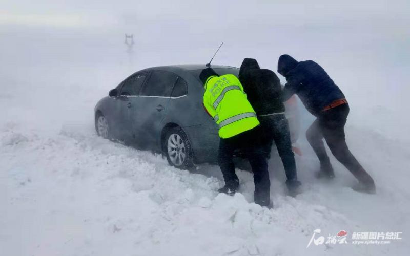 风吹雪来袭多辆车被困 吉木乃交警紧急