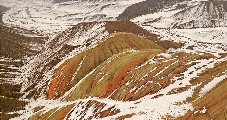 新疆精河:红山嘴雪融渐露丹霞色
