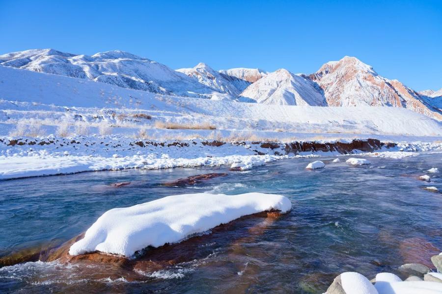 玛纳斯:山区雪融水潺潺