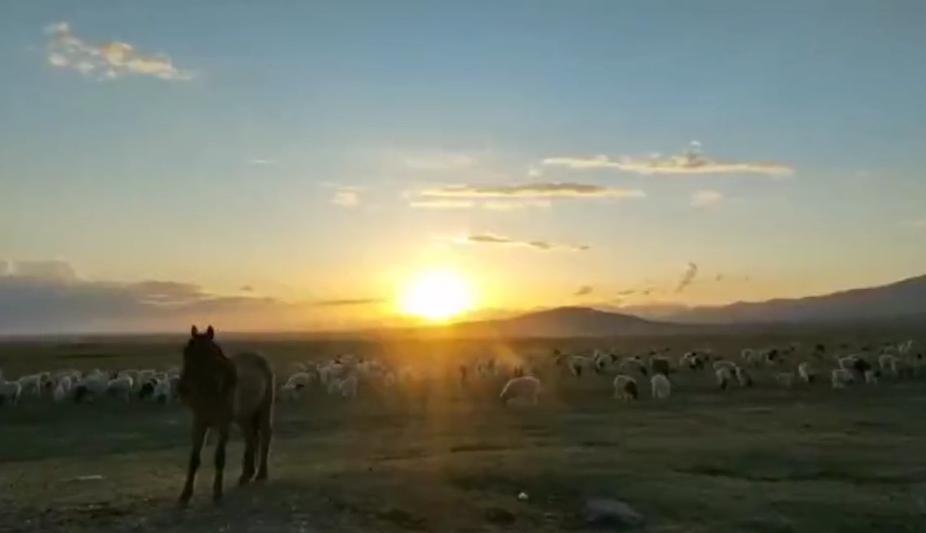 这里是新疆 巴音布鲁克草原的夕阳美景