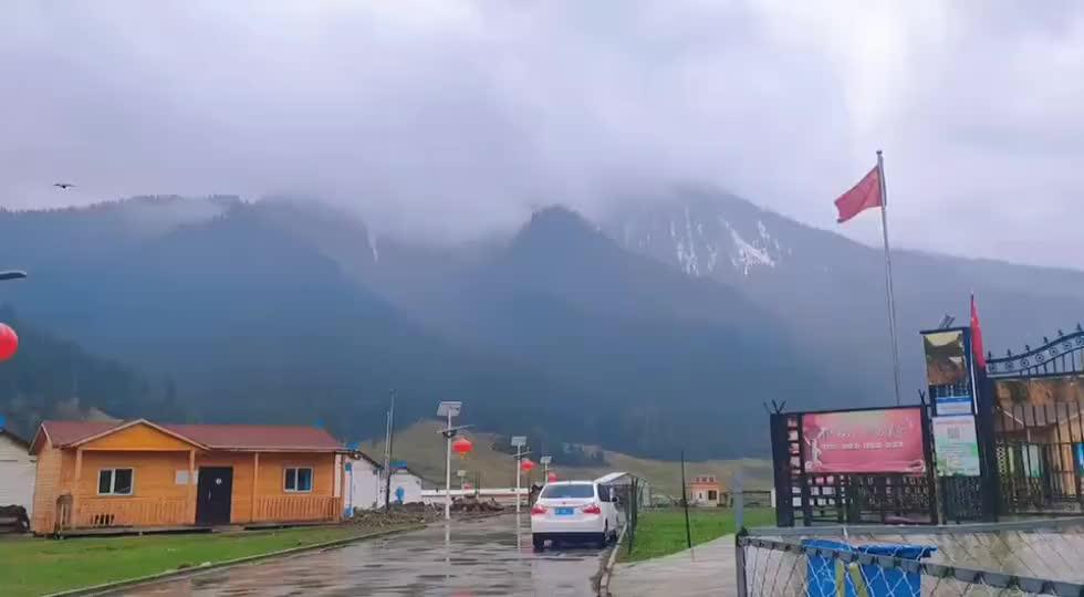 这里是新疆   雨中小镇巩乃斯