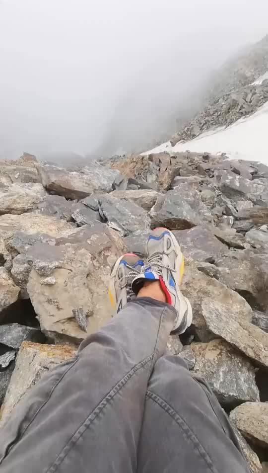 这里是新疆丨云薄雾缭绕的喀班巴伊峰顶风景