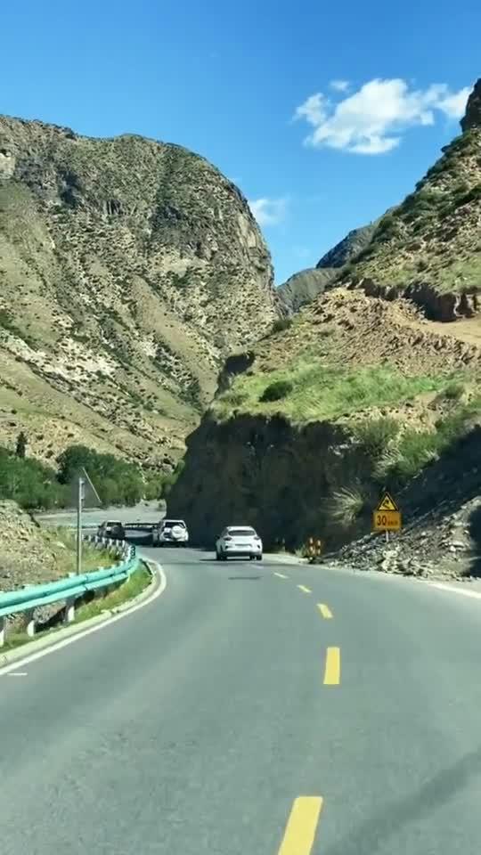 这里是新疆丨行驶在新疆