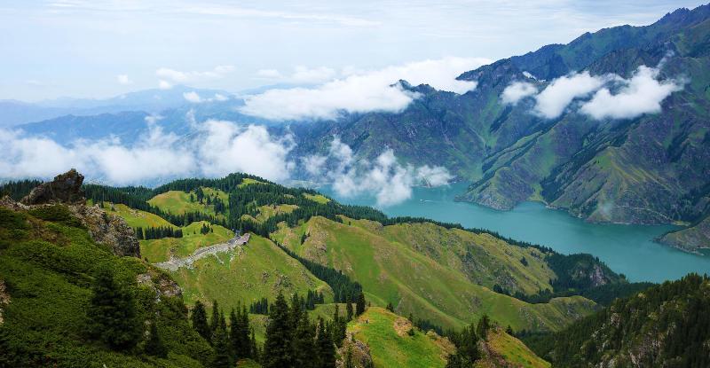 天山天池马牙山:云雾绕石林 如梦如幻